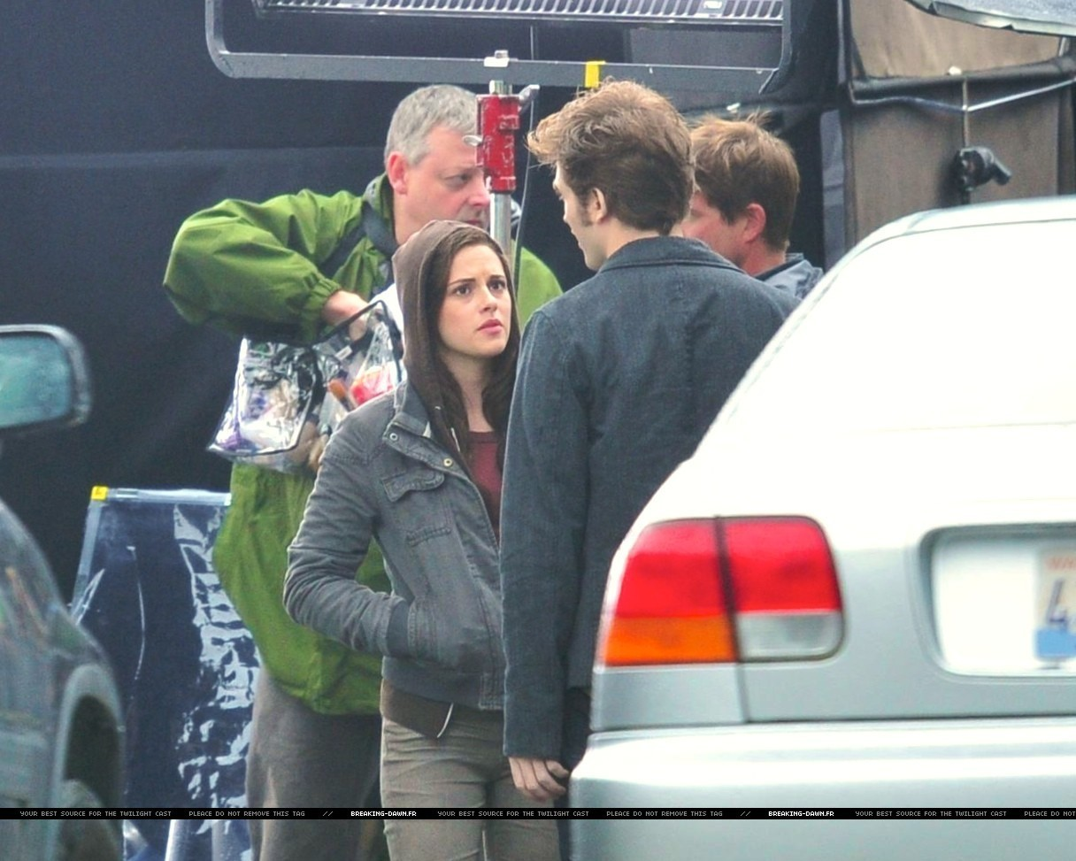 http://images2.fanpop.com/images/photos/8000000/Rob-kristen-on-the-set-of-Eclipse-yesterday-twilight-series-8080084-1216-973.jpg