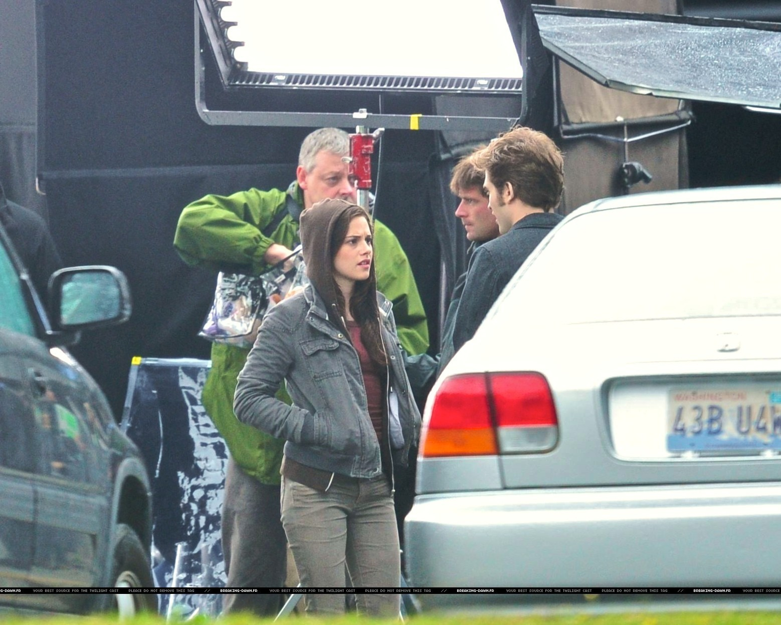 http://images2.fanpop.com/images/photos/8000000/Rob-kristen-on-the-set-of-Eclipse-yesterday-twilight-series-8080085-1558-1247.jpg