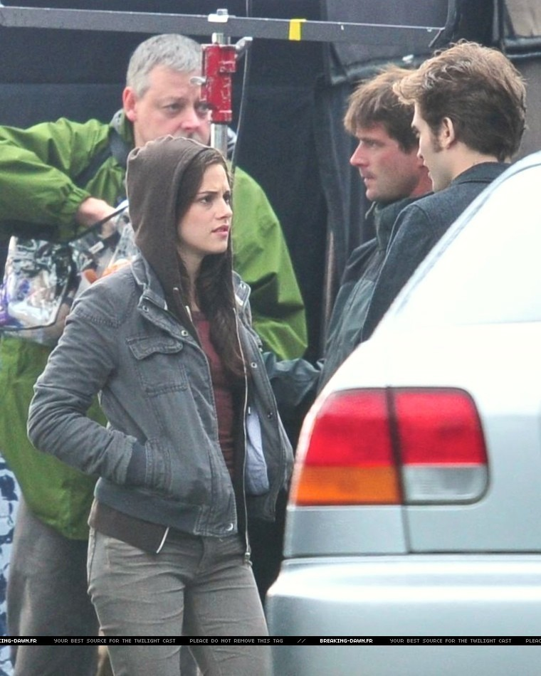 http://images2.fanpop.com/images/photos/8000000/Rob-kristen-on-the-set-of-Eclipse-yesterday-twilight-series-8080086-760-950.jpg
