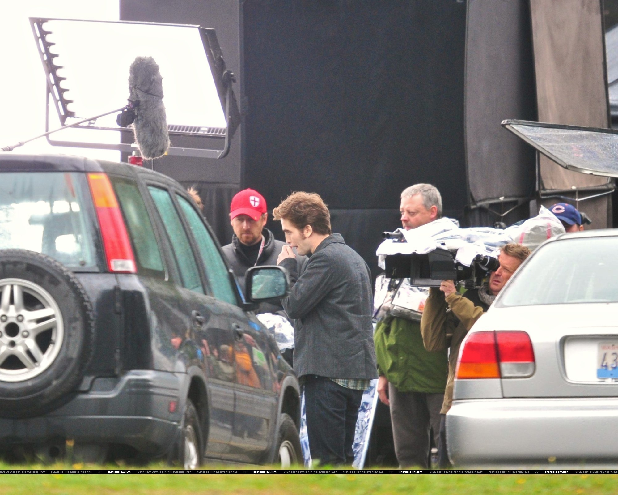 http://images2.fanpop.com/images/photos/8000000/Rob-kristen-on-the-set-of-Eclipse-yesterday-twilight-series-8080089-2000-1601.jpg