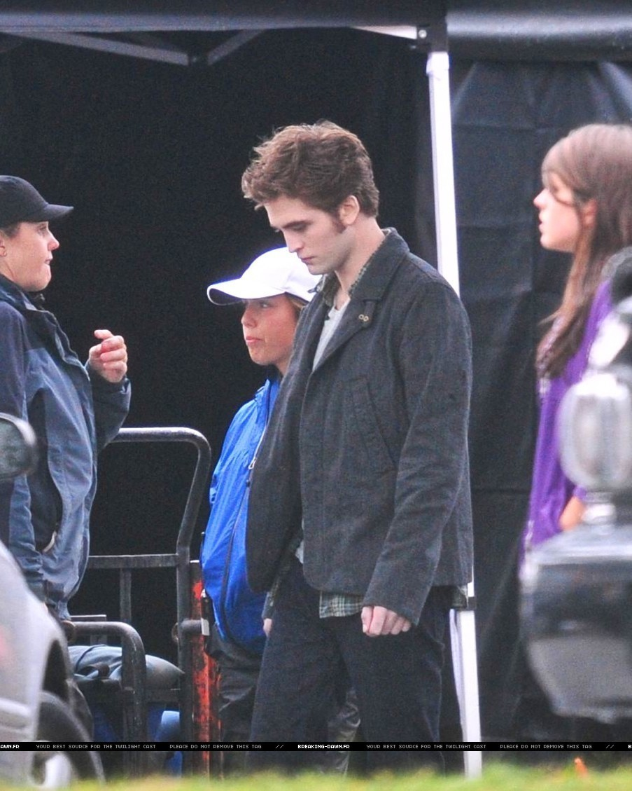 http://images2.fanpop.com/images/photos/8000000/Rob-kristen-on-the-set-of-Eclipse-yesterday-twilight-series-8080090-903-1129.jpg
