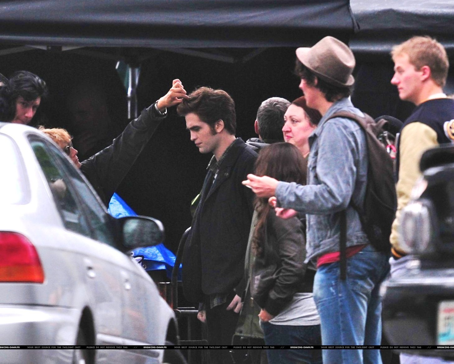 http://images2.fanpop.com/images/photos/8000000/Rob-kristen-on-the-set-of-Eclipse-yesterday-twilight-series-8080091-1459-1168.jpg