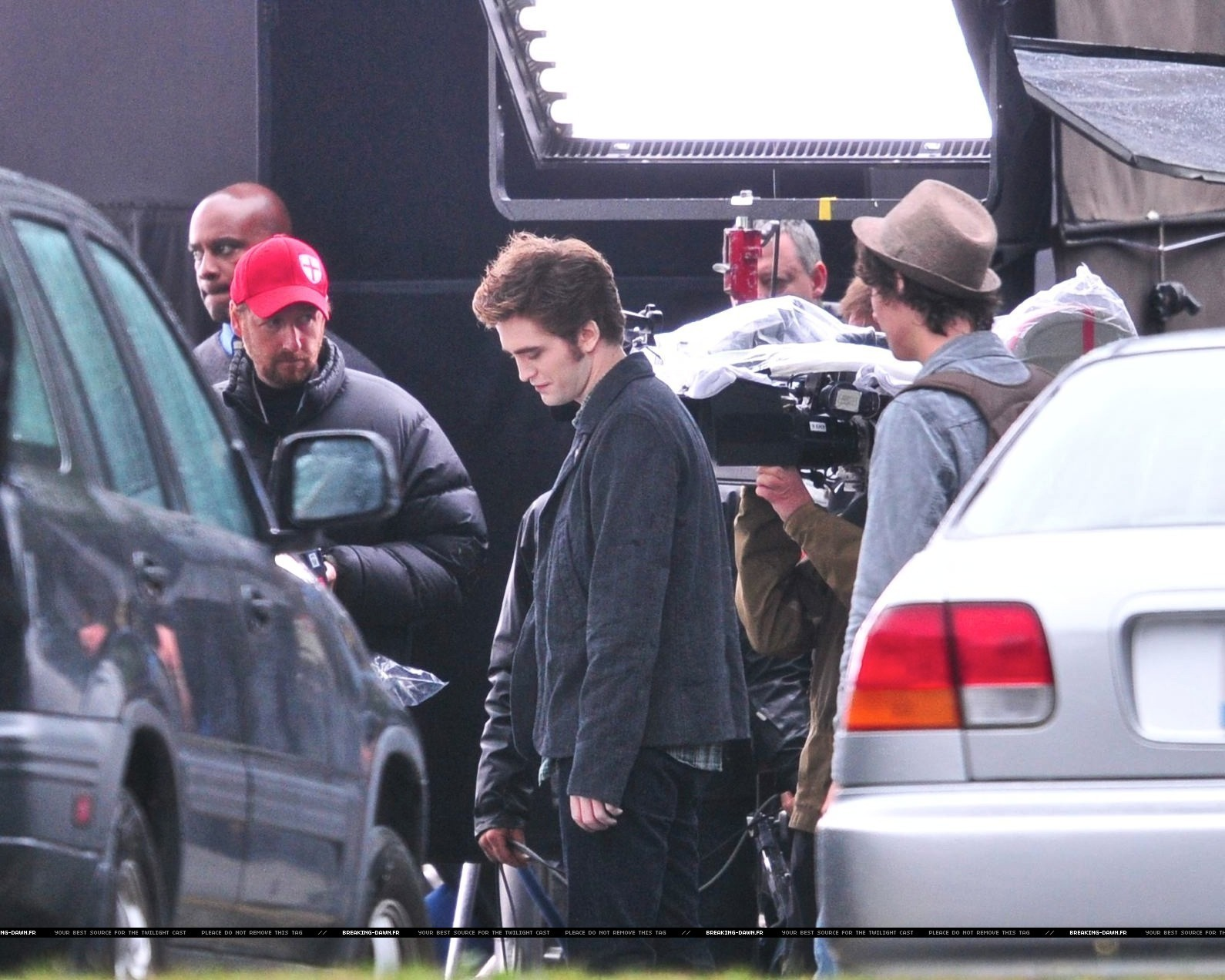 http://images2.fanpop.com/images/photos/8000000/Rob-kristen-on-the-set-of-Eclipse-yesterday-twilight-series-8080099-1590-1272.jpg