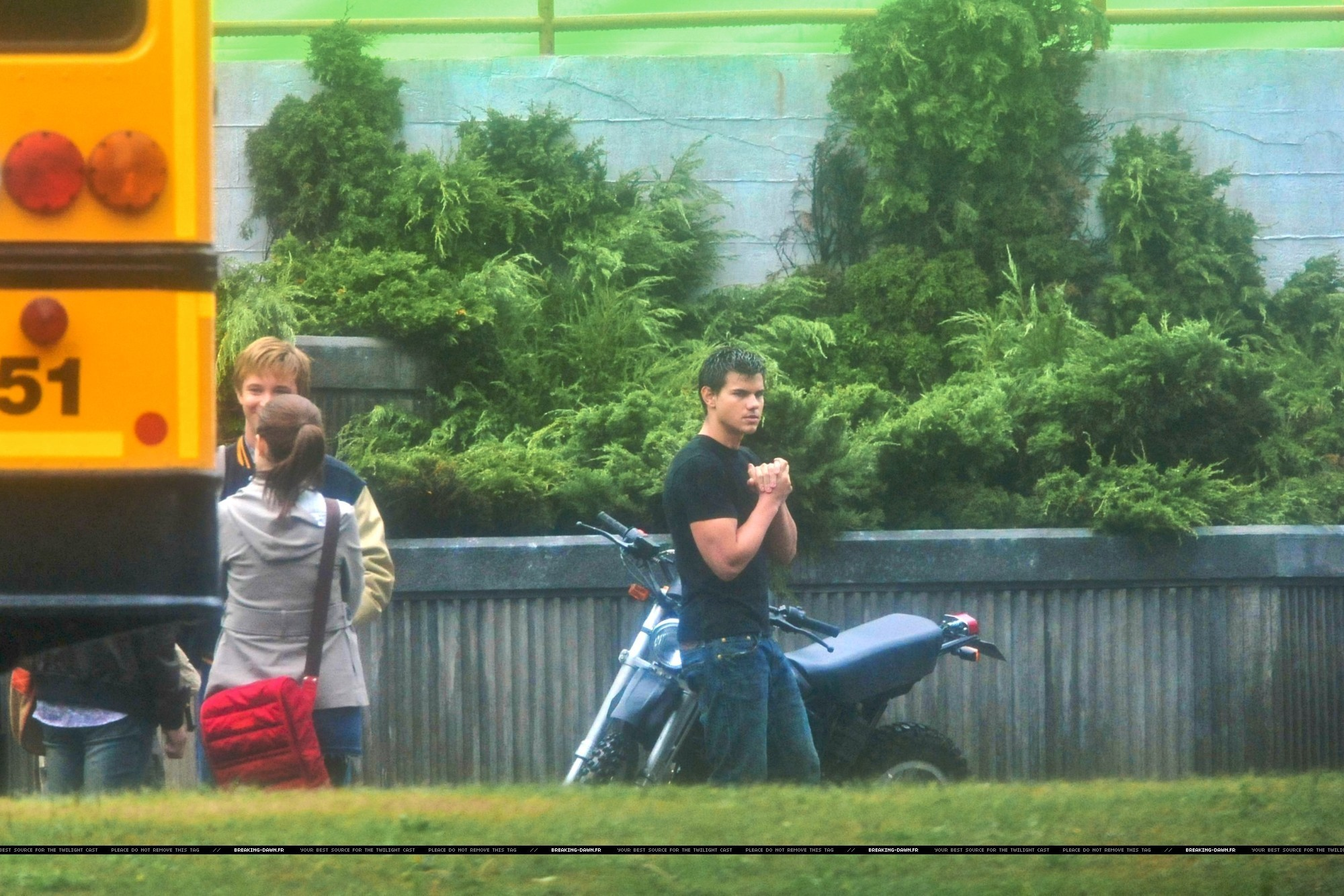 http://images2.fanpop.com/images/photos/8000000/Rob-kristen-taylor-on-the-set-of-Eclipse-yesterday-twilight-series-8080290-2000-1334.jpg