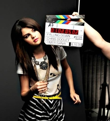 selena falling down the picha shoot