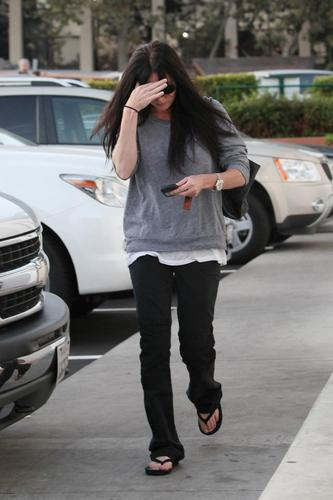 shannen doherty walking in Malibu