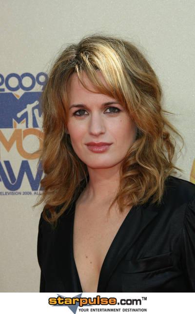 http://images2.fanpop.com/images/photos/8100000/Elizabeth-3-elizabeth-reaser-8117453-400-644.jpg