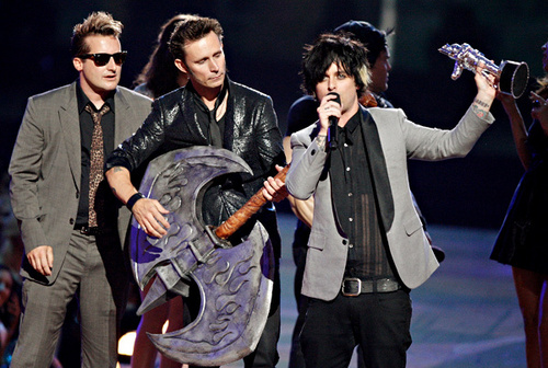 Green Day wallpaper possibly with a concert titled Green Day Accepting the 2009 MTV VMA for Best Rock Video for '21 Guns'