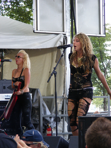 Ke$ha پیپر وال probably containing a کنسرٹ titled Lollapalooza موسیقی Festival 2009 - August 9, 2009 Performance