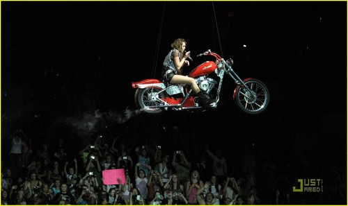 Miley Cyrus - 2009 Wonder World Tour
