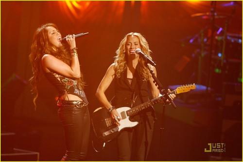 Miley Performs @ VH1's Divas