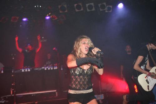 কেশা দেওয়ালপত্র with a concert, a guitarist, and a ঢাকি entitled Roxy Theatre in Hollywood, CA - April 20, 2009 Performance