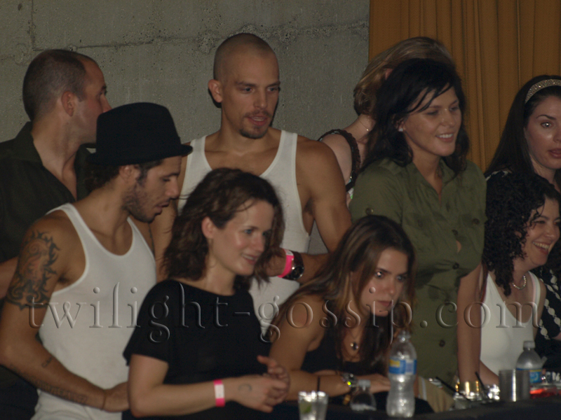 Stephanie Meyer, Nikki, Paris, Elizabeth & others cheer Jackson on (with 100 Monkeys)