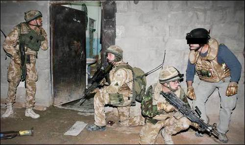 Andy McNab overwatch Brittish soldiers Переместить in to arrest insurgents under a raid in Iraq.