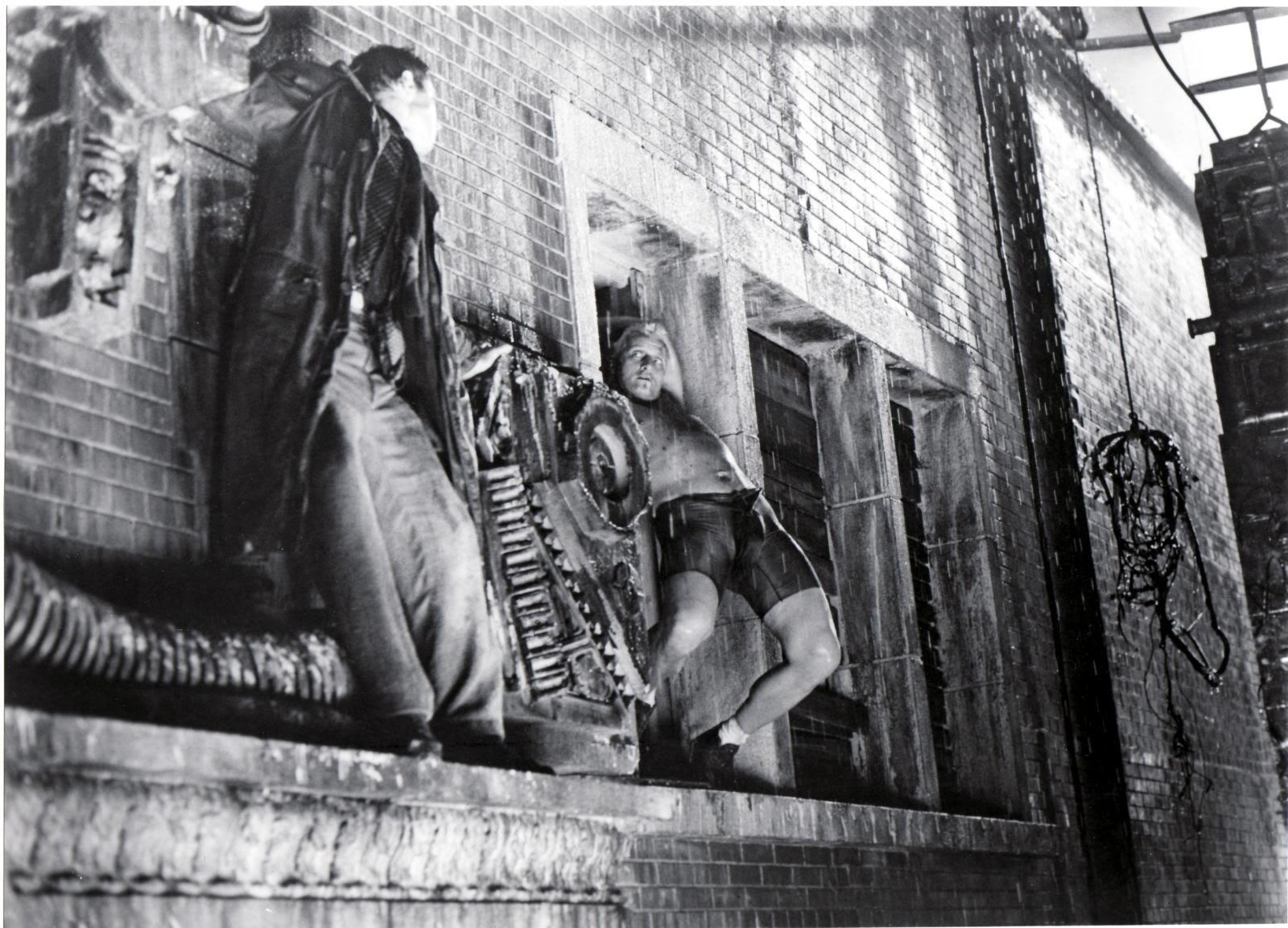 ブレードランナーのデッカートとバッティの戦う壁紙