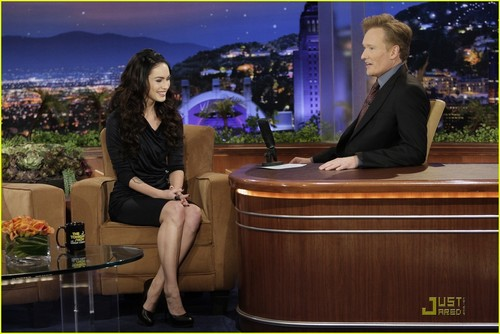 Megan on The Tonight tampil with Conan O'Brien