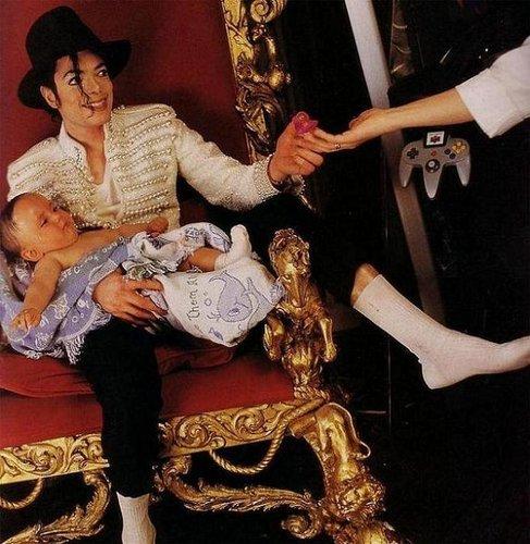 UN GRAN PAPA Prince-and-Michael-prince-michael-jackson-8216132-487-500