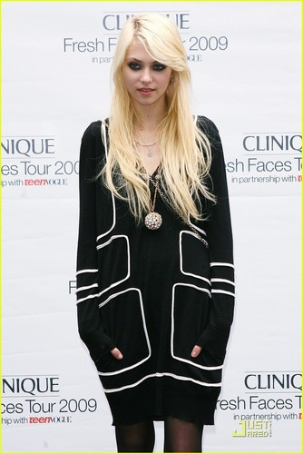 Taylor Momsen پیپر وال probably containing a well dressed person, an outerwear, and a playsuit, پلایساٹ titled Taylor