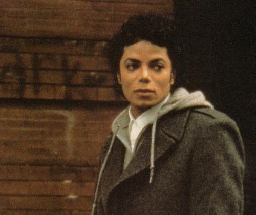 ラフなファッションのマイケルジャクソン