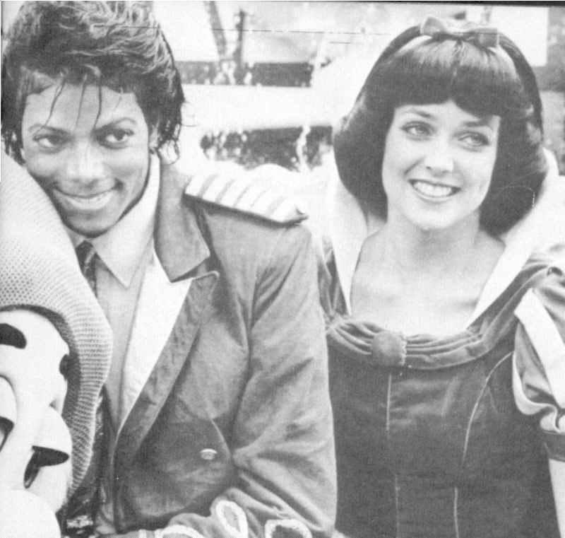 http://images2.fanpop.com/images/photos/8300000/Michael-with-Snow-White-michael-jackson-8357852-800-761.jpg