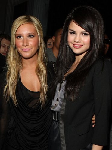 Selena Gomez & Ashley Tisdale TEEN VOGUE Young Hollywood PARTIERS