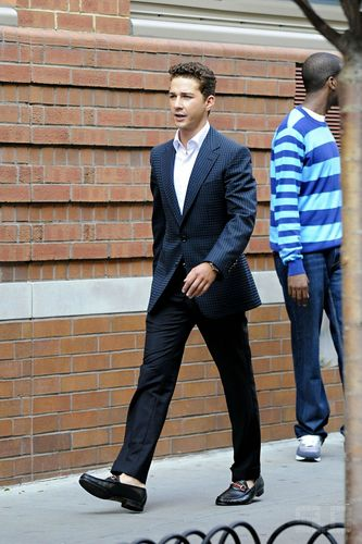 Shia LaBeouf fondo de pantalla containing a business suit, a suit, and a well dressed person entitled Shia on set muro calle 2
