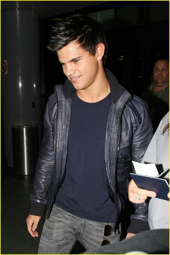 Taylor Lautner Takes Off To Vancouver