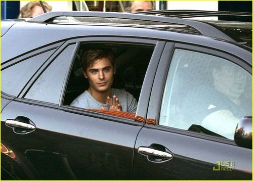 Zac Efron leaves The Death & Life of Charlie St. nube, nuvola set in Vancouver (September 25th)