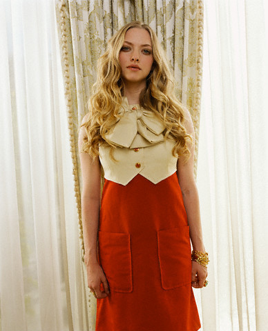 amanda seyfried wallpaper possibly with a koktil, koktail dress, a kirtle, and a dress called Amanda Seyfried