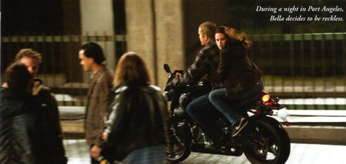 Белла Свон Обои containing a motorcycle cop, a motorcyclist, and a улица, уличный called Bella - New Moon Stills HQ