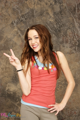 Hannah Montana wallpaper possibly with a playsuit titled Hannah Montana Season 1 Promotional Photos [HQ] <3