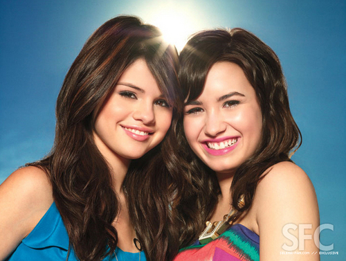 Selena Gomez na Demi Lovato karatasi la kupamba ukuta containing a portrait and attractiveness entitled Selena Gomez and Demi Lovato