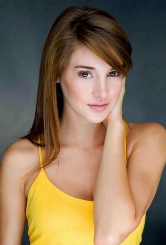 Shailene Woodley wallpaper containing attractiveness and a portrait entitled Shailene Woodley
