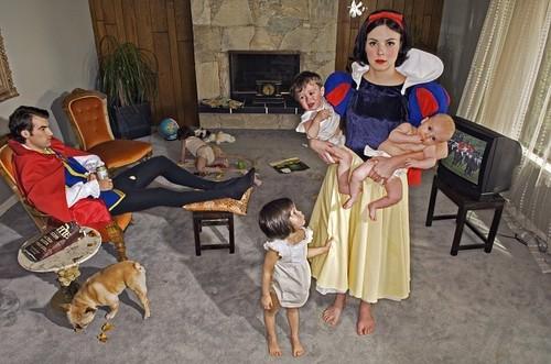 """Fallen Princesses"" 由 Dina Goldstein"