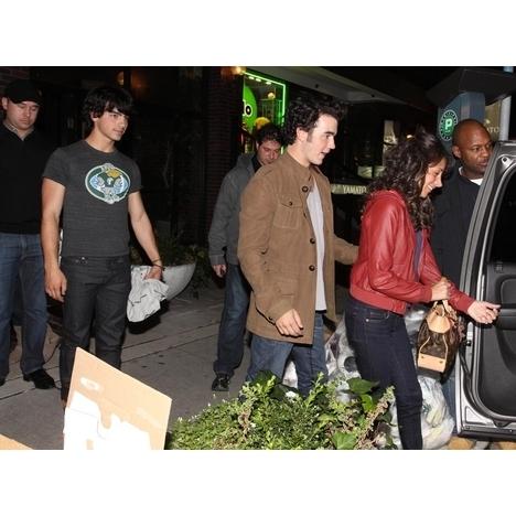 Jo Bros Double তারিখ with Demi Lovato