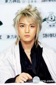 Who persuaded Hero to dye his hair BLONDE back in 2006 for their album O?
