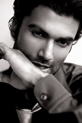 True or False: Originally, Sendhil Ramamurthy was studying to become a doctor. (Pre-Med)