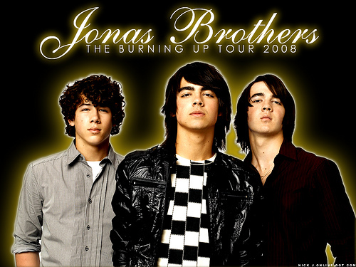 who is the biggest one at the jonas brothers?