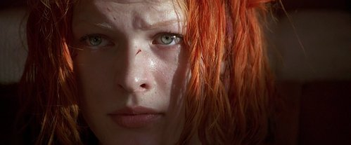 What does Leeloo say to get Korben to help her when the police are trying to remove her from his cab?