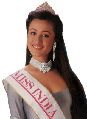 "In what year was Namrata Shirodkar awarded the title ""Miss India"", in the Femina Miss India Pageant?"