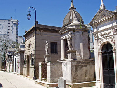 In what city would you find the famous La Recoleta Cemetery?