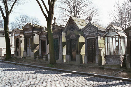 The largest cemetery in the city of Paris ?