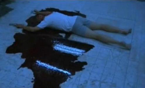 For how many days did Tobin ベル lie on the floor to shoot the bathroom scene in SAW?