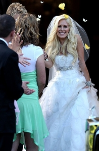 Who is the designer of Heidi's wedding dress?