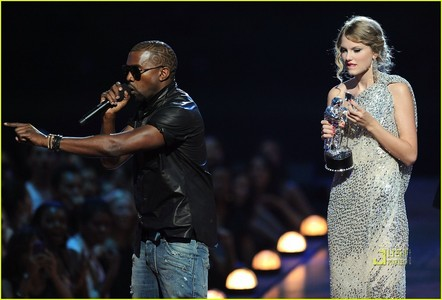 What two people did Taylor thank before Kanye took the mic from her at the 2009 Vma's?