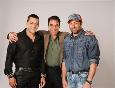 In what season of the show did the father and son duo of sunny deol and dharmendra appear on dus ka dum?
