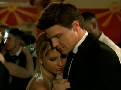 What song did Buffy and エンジェル dance to at the Prom?