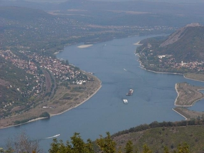 Through which town doesn't the Danube flow ?