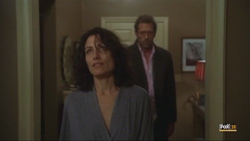 """What kind of flowers were on Cuddy's coffee table when House paid her a middle of the night visit in """"Half Wit""""?"""