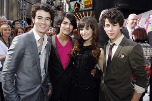 Demi and The Jobros at the camp rock preimere!!